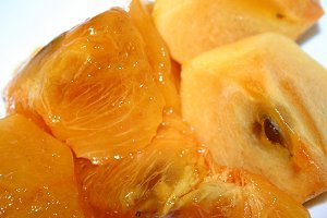 オレンジ色のハーモニー。熟柿(左)と、食べごろの柿(右)です