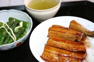 鰻丼とグリーンアスパラ