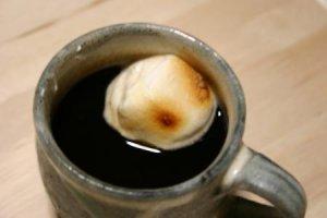 焼きマシュマロをコーヒーに