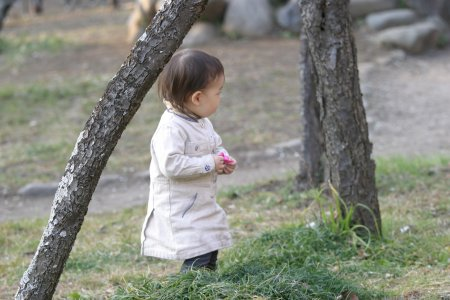 梅を持つ子