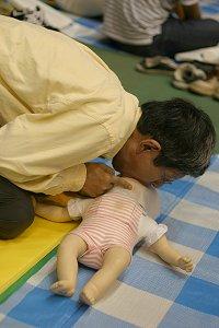 赤ちゃん人形に人工呼吸